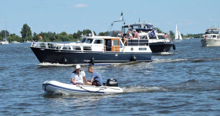 Watersportliefhebbers op het Pikmeer in Grou