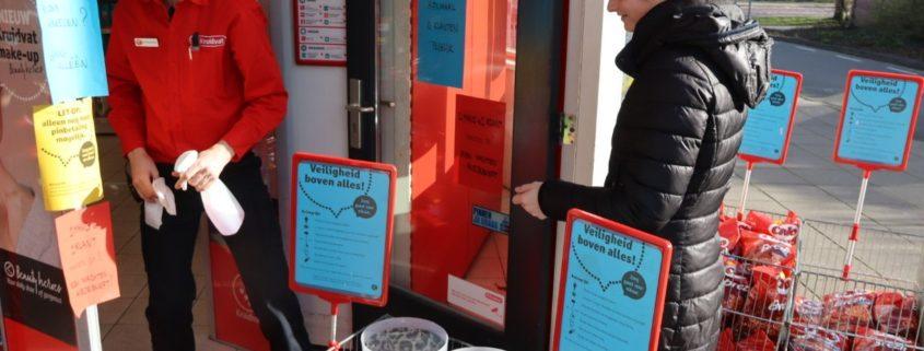 Ontsmetten van winkelmandjes bij Kruidvat in Grou