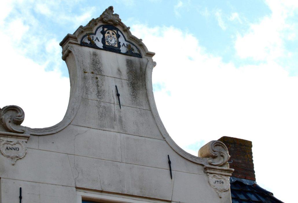 Klokgevel met kenmerkende klok als herkenningspunt van de klokkenmakerij