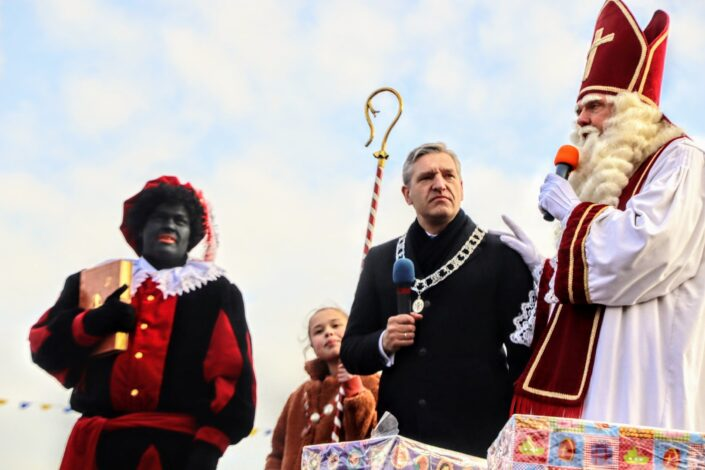 Burgemeester Sybrand Buma in het midden tussen Swarte Pyt en Sint Piter