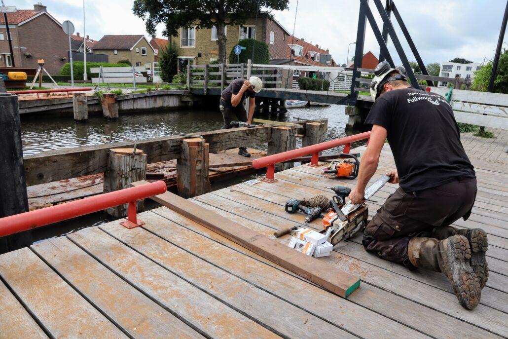 Plaatsen van noodbrug Grou bij Meersweg. Foto: Press4All
