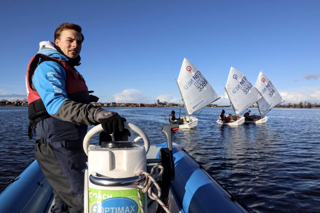 optimist zeilen in Grou Trainer Demi van der Meer