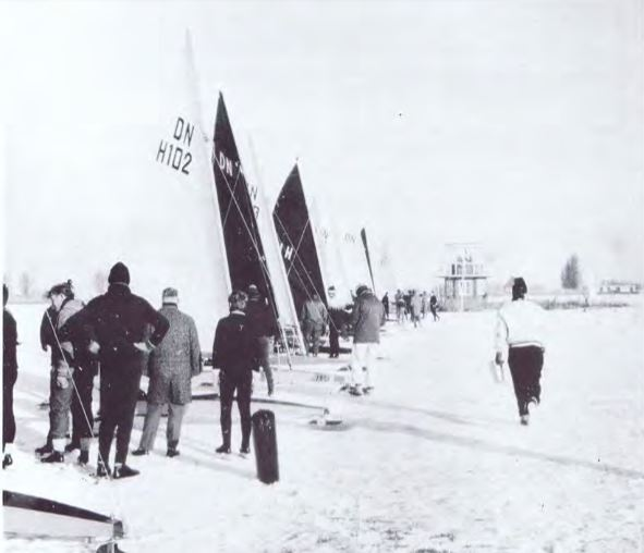 IJszeilen in Grou met op de achtergrond het starteiland.