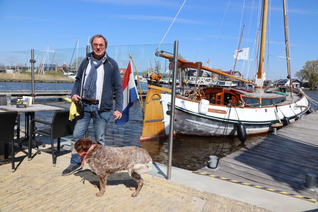 Jules van Gaalen geniet op het terras van hotel restaurant Oostergoo