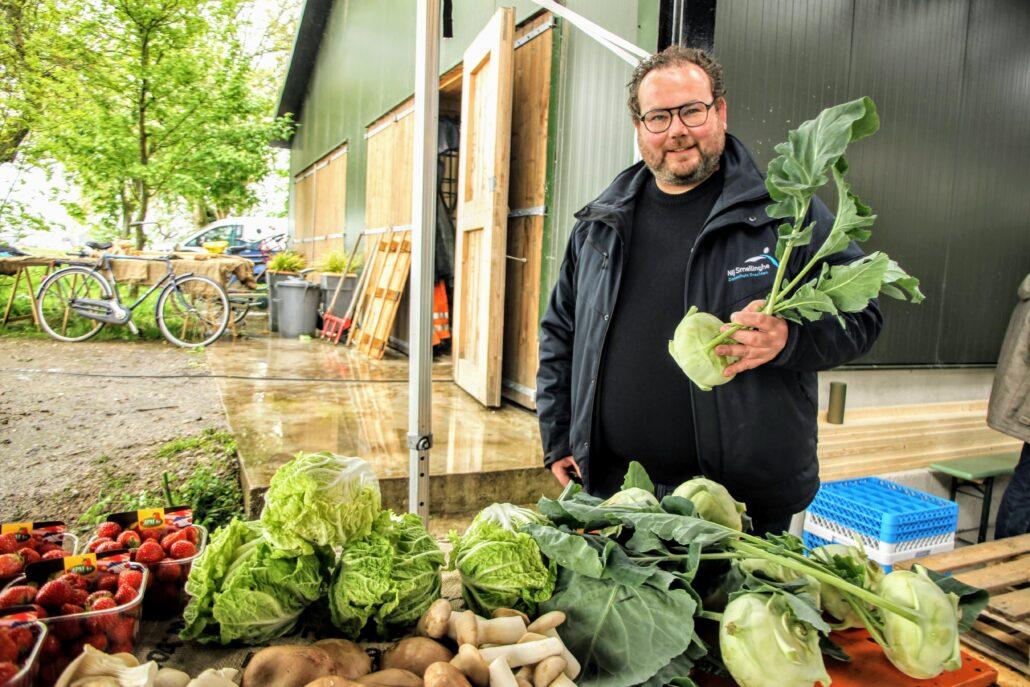 Lex Moerke van ziekenhuis Nij Smellinghe uit Drachten keurt de verse groenten bij Yn'e Sinne Farm