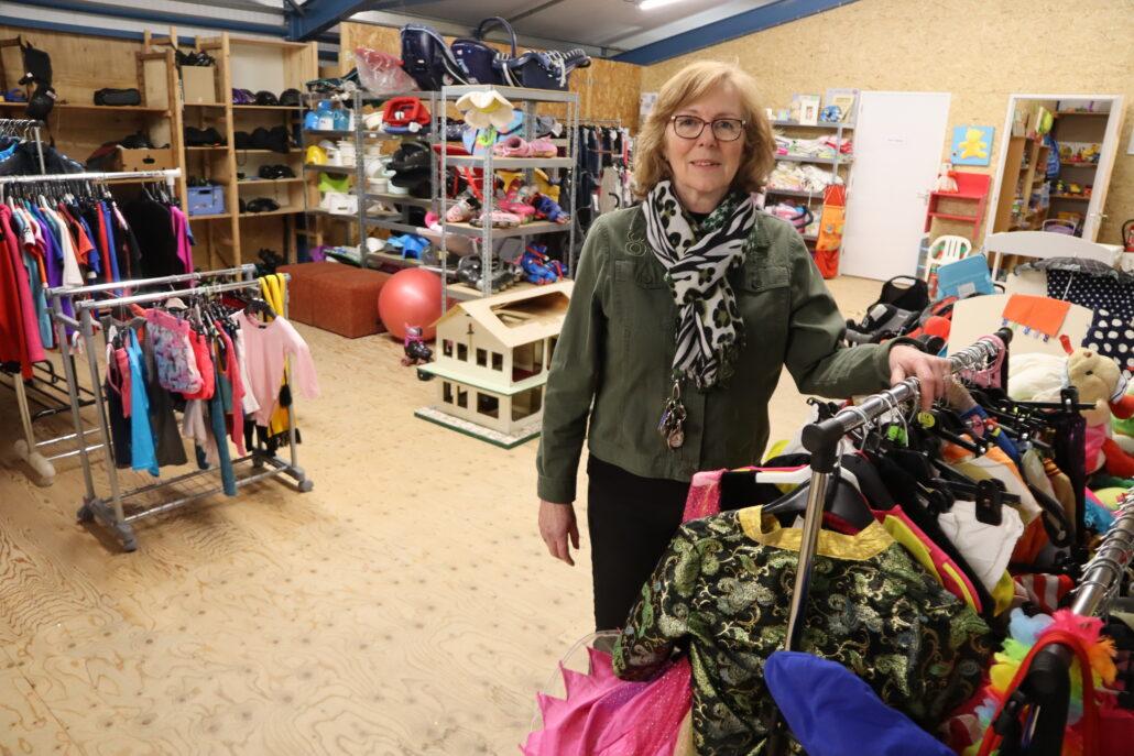 Renny Ausma in de Kringloopwinkel te Grou.