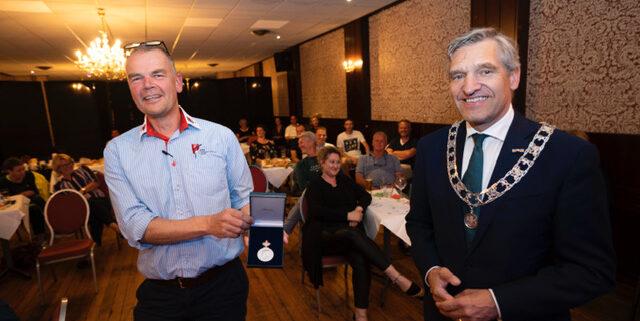 Burgemeester Buma reikt in Grou de erepenning uit ©Foto: Hoge Noorden/Jaap Schaaf