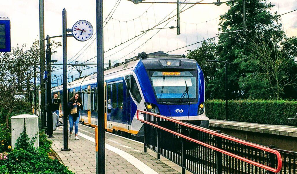 Friese Sprinter bij station Grou Jirnsum