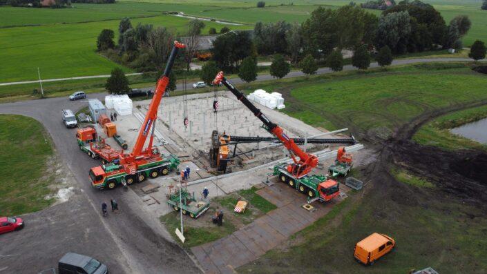 Kranen trekken heimachine overeind. Dronefoto: Foppe Hoekstra