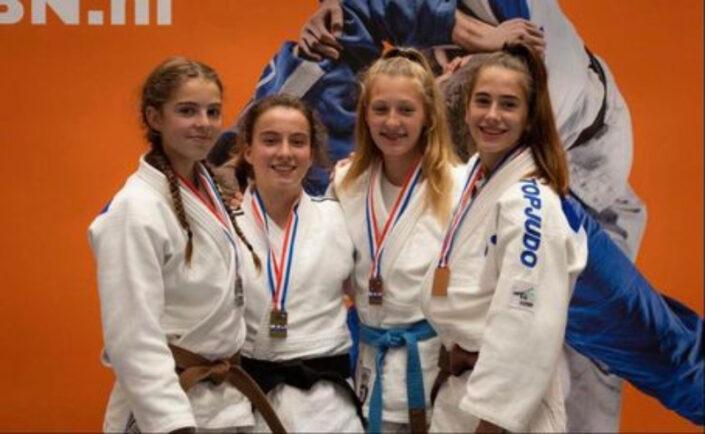 Milou Hendriks zilver NK Judo links op de foto.