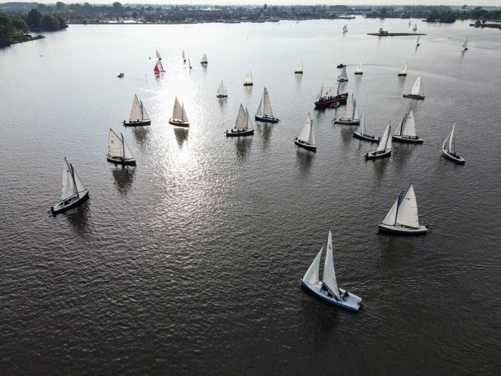 Zeilboten op het Pikmeer bij Grou in Friesland. Dronefotografie: Press4All
